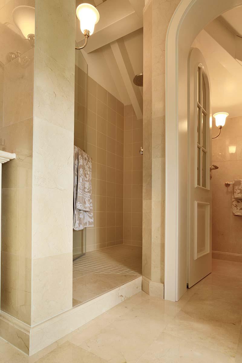 bagno-con-rivestimenti-in-marmo
