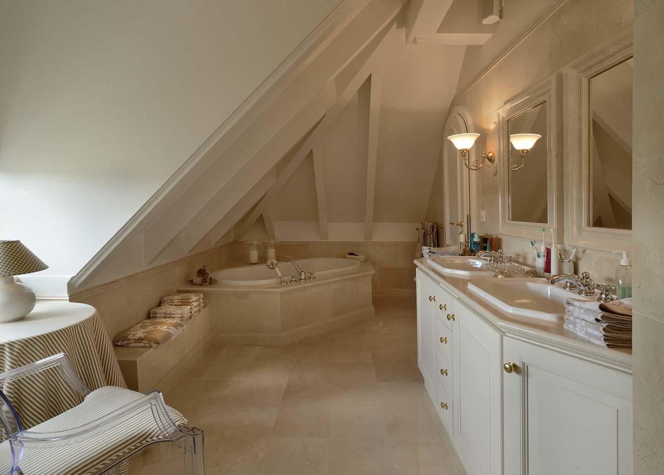 bagno-con-rivestimenti-in-marmo-e-vasca