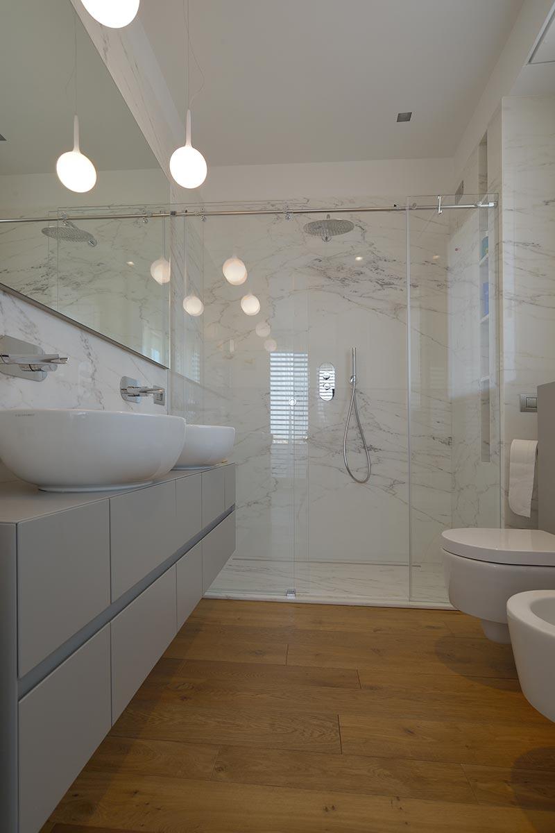 bagno-in-marmo-americano-bianco-serra-mgm-la-marmoteca