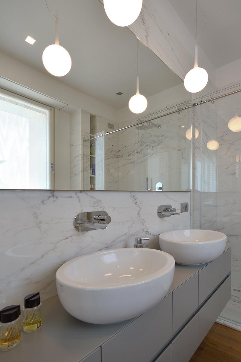 bagno-in-marmo-americano-bianco-serra