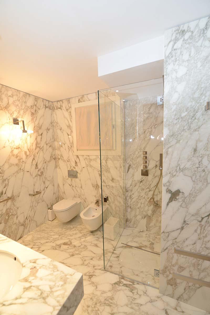 bagno-in-marmo-calacatta-con-doccia