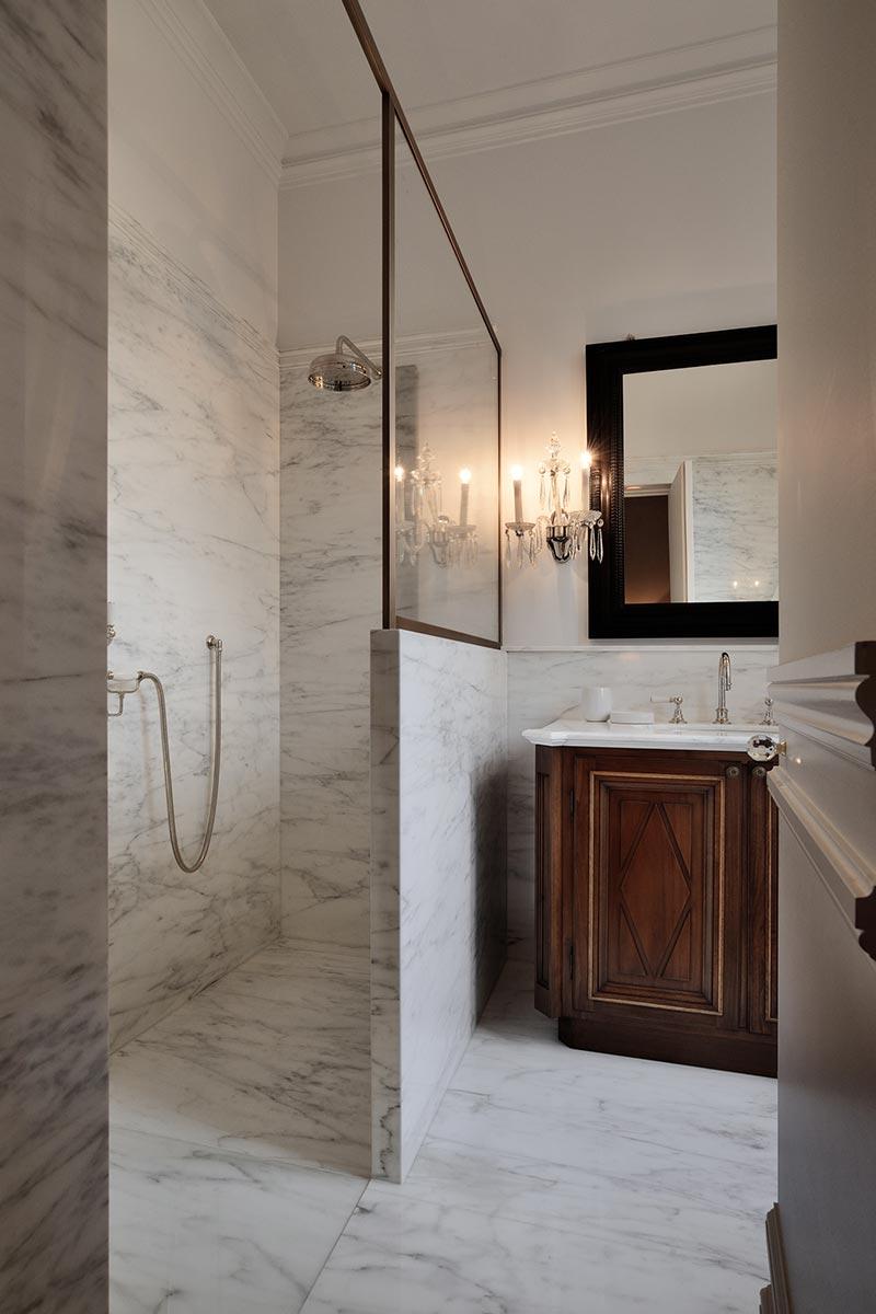bagno-in-marmo-di-carrara-e-cremo-delicato