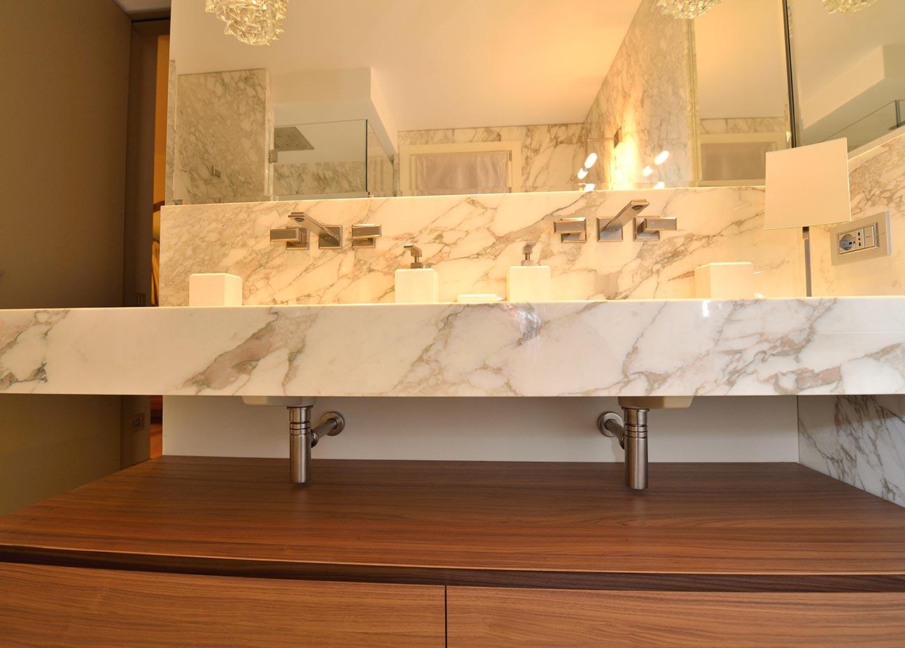bagno-in-marmo-italiano-calacatta-oro-a-macchia-aperta