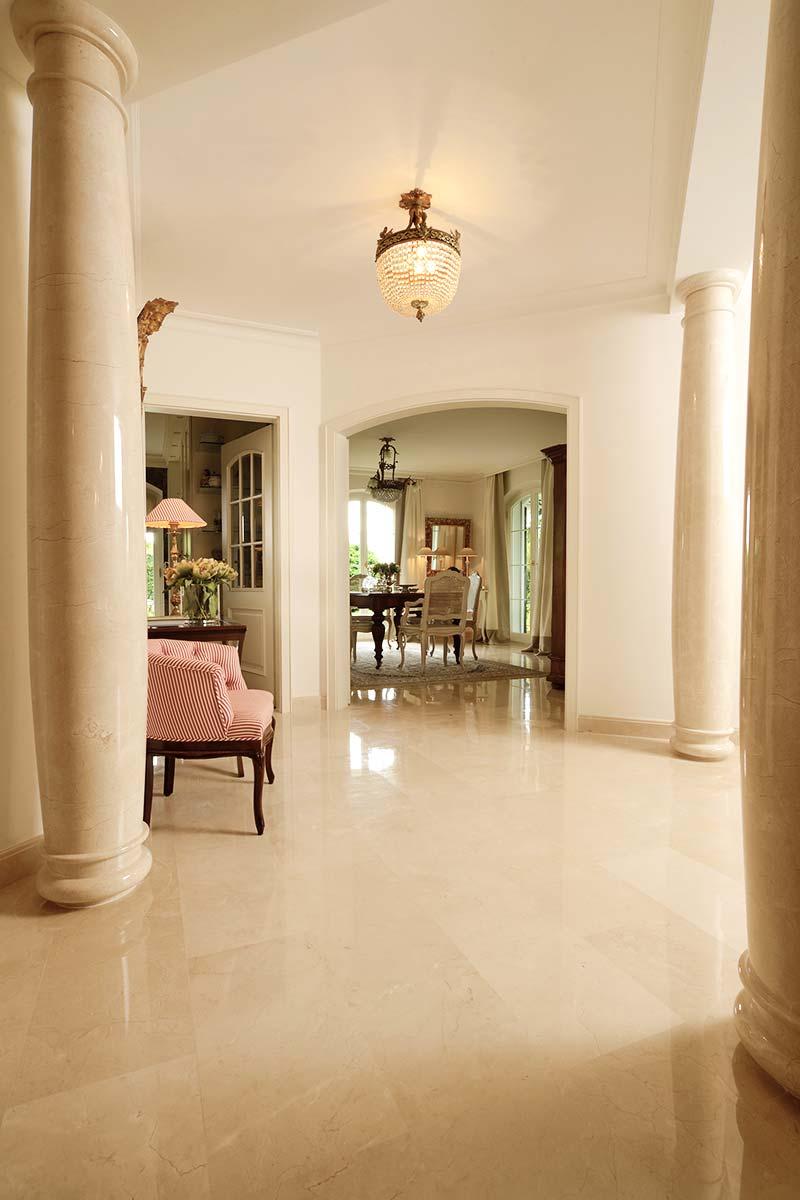colonne-in-marmo-spagnolo-e-pavimento-crema-marfil