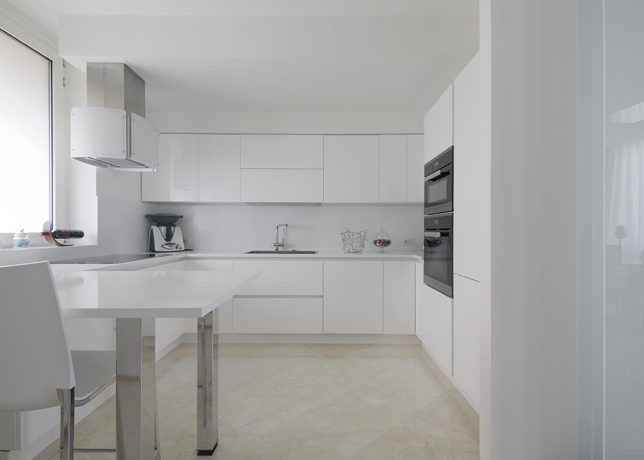 cucina-con-pavimento-in-marmo-spagnolo-crema-marfil