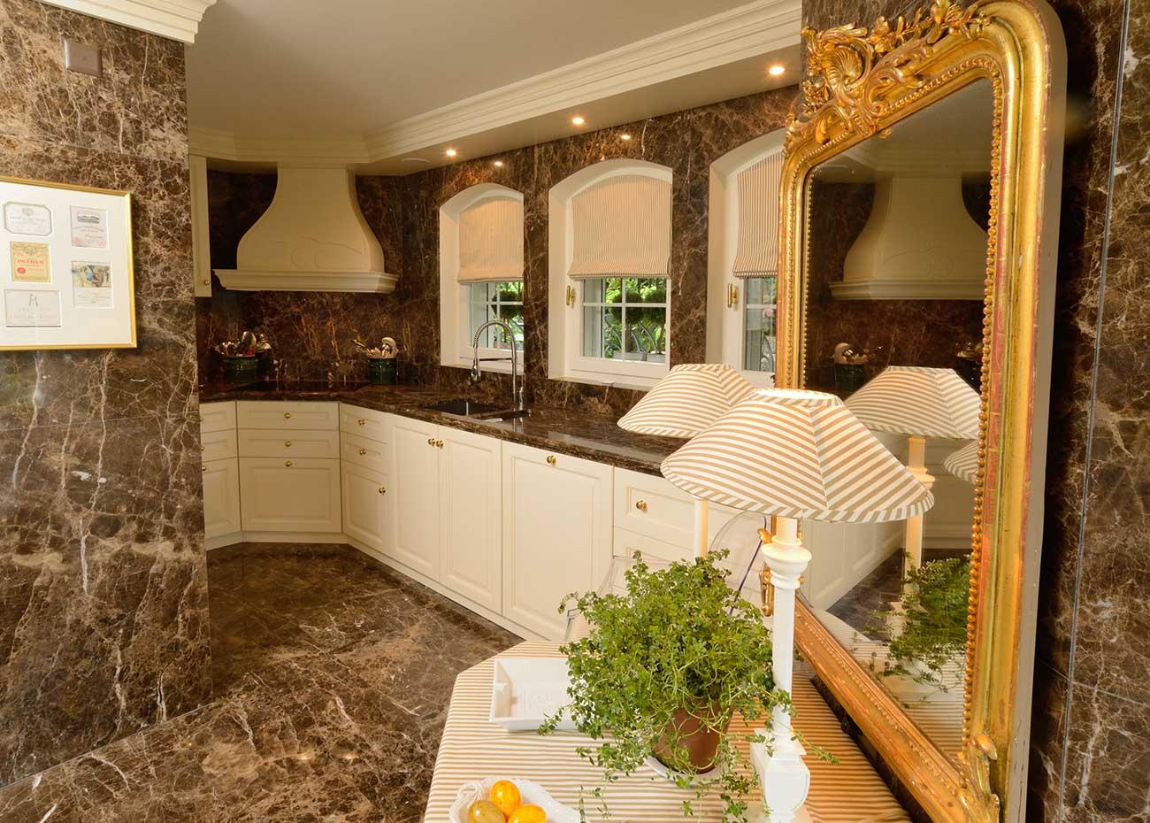 cucina-con-rivestimenti-in-marmo-spagnolo-emperador-dark