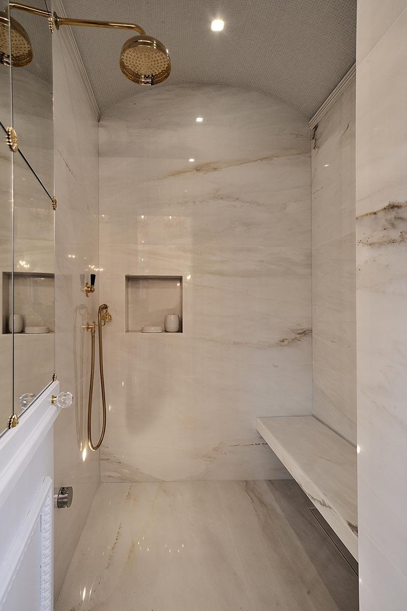 doccia-con-rivestimenti-e-seduta-in-marmo-di-carrara