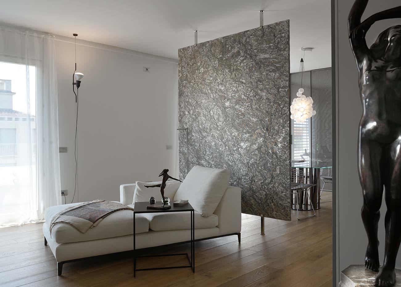 parete-divisoria-in-marmo-brasiliano-metallicus