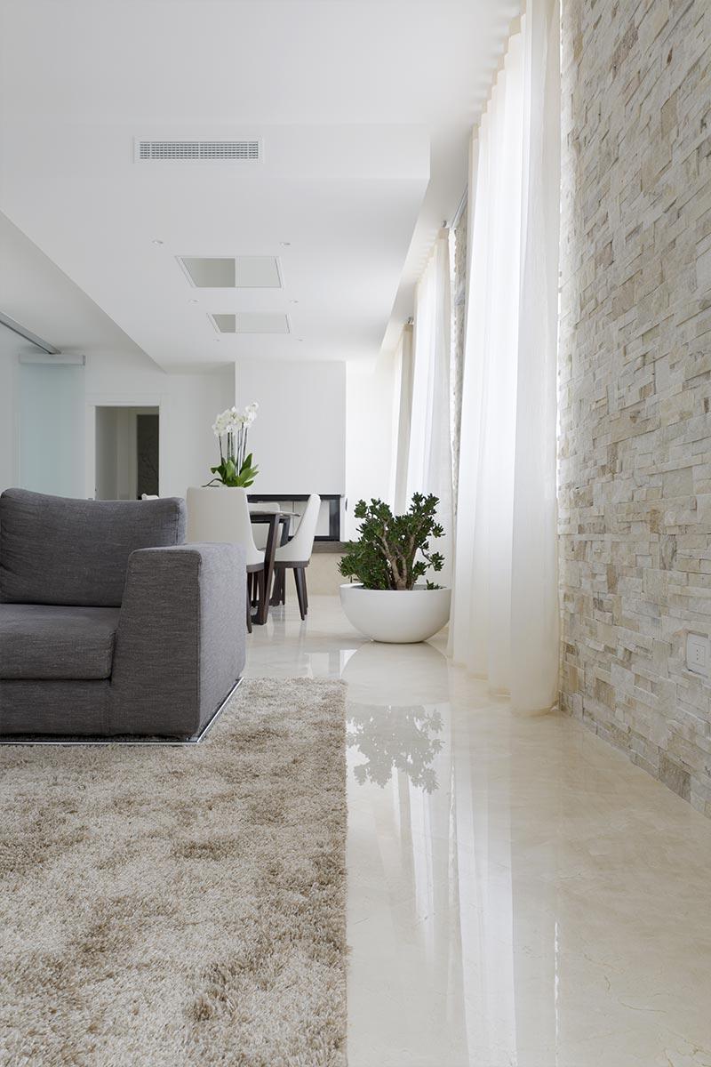 salotto-con-pavimento-in-marmo-spagnolo-crema-marfil