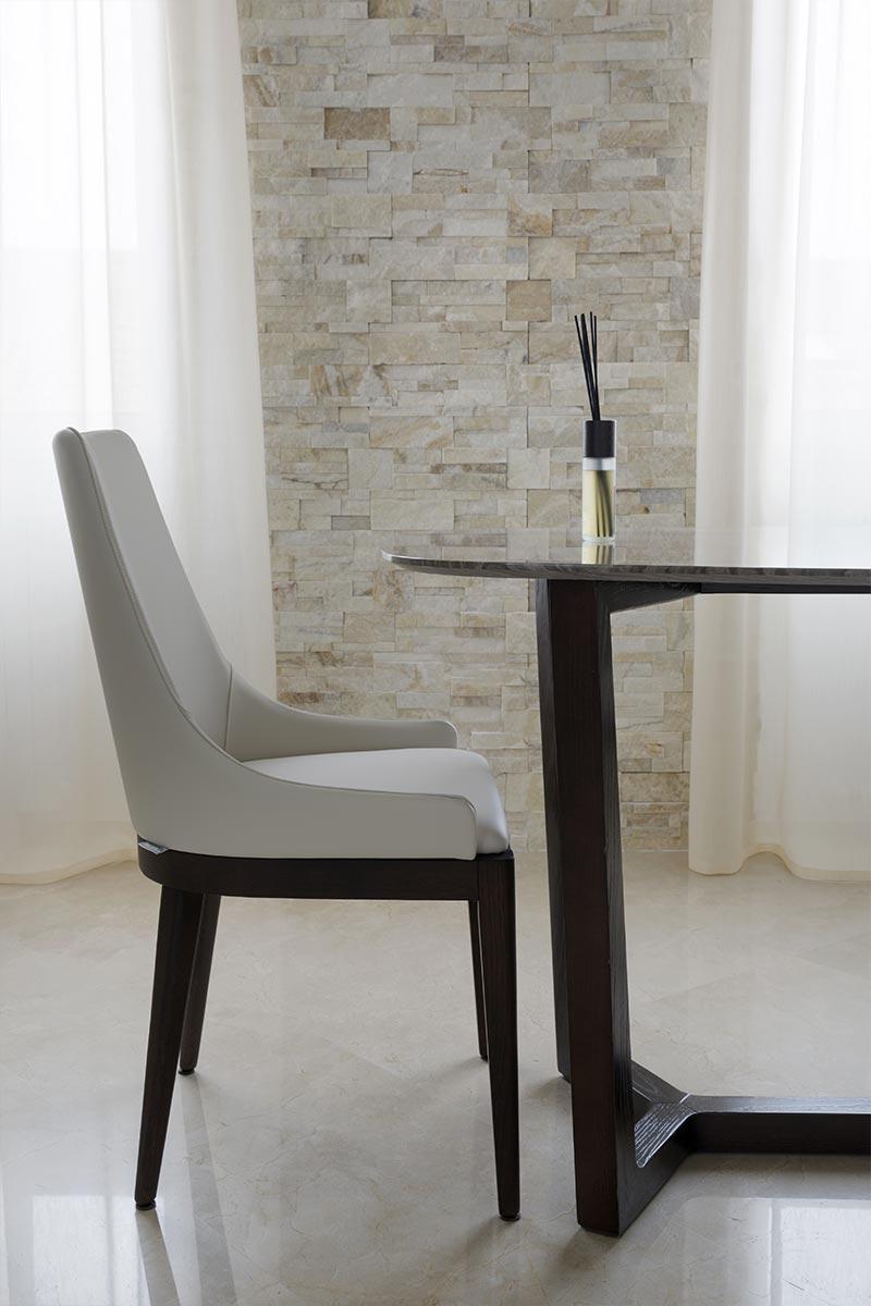 tavolo-con-sedia-e-pavimento-in-marmo