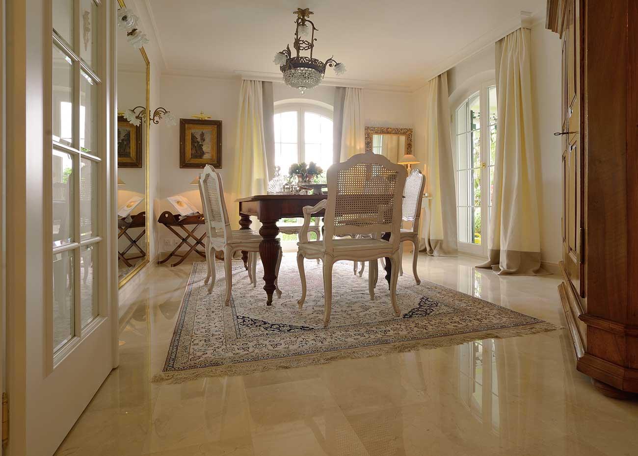 villa-con-pavimento-in-marmo-spagnolo-crema-marfil