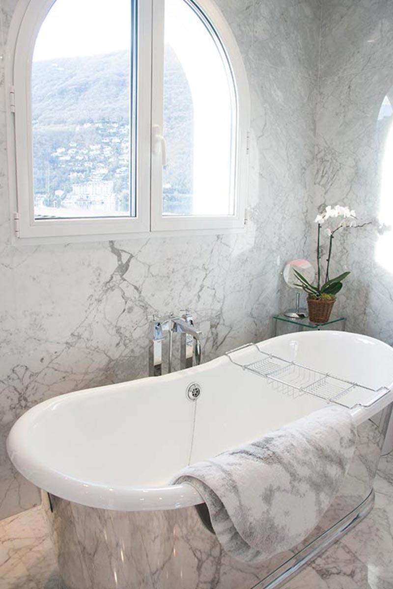 bagno-in-marmo-bianco-arabescato-con-vasca