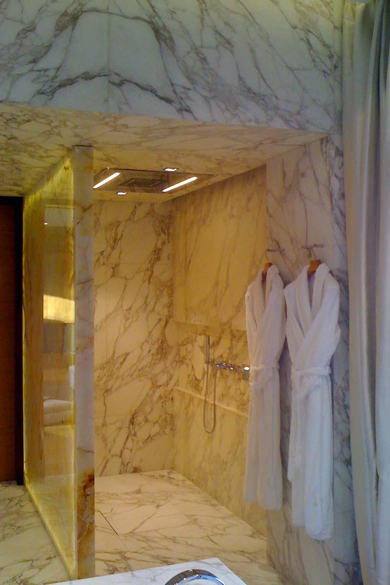 doccia-in-marmo-arabescato