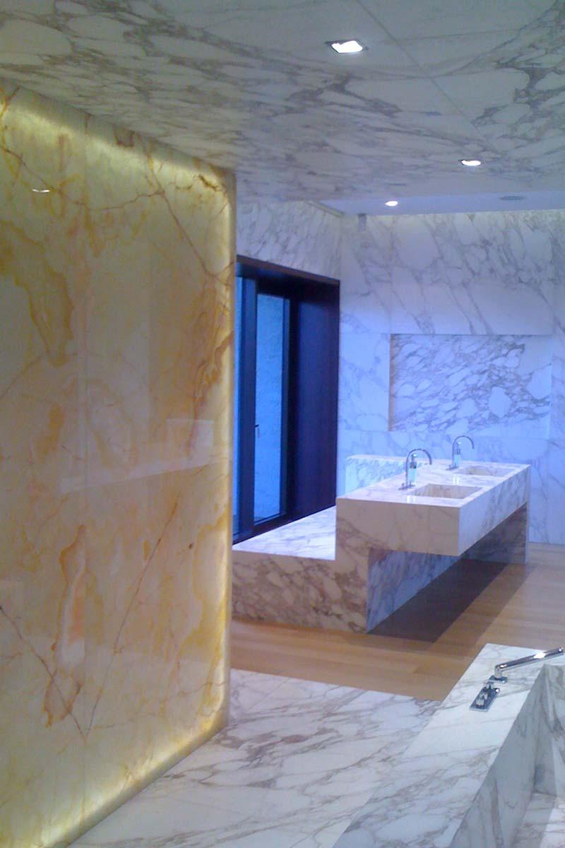 parete-luminosa-bagno-in-marmo