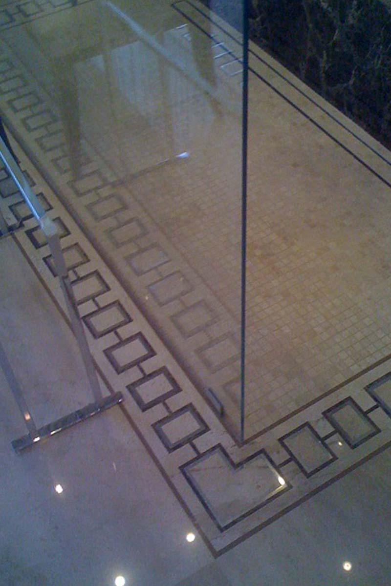 pavimento-bagno-doccia-con-intarsi-in-marmo