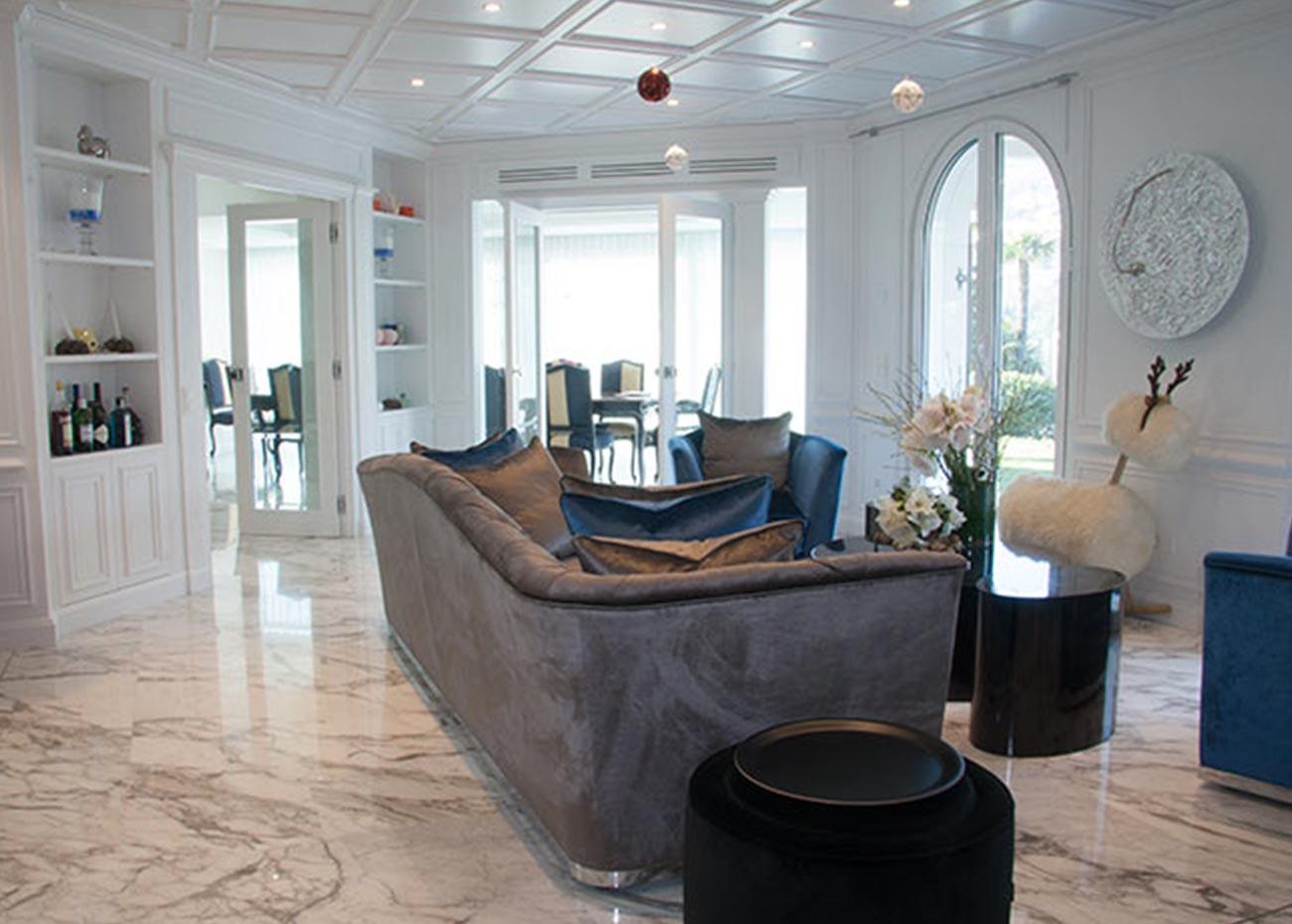 pavimento-salotto-in-marmo-bianco