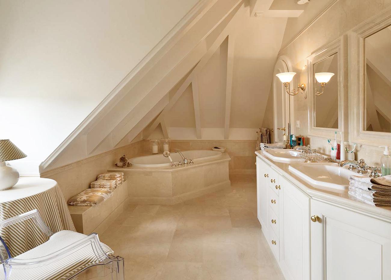bagno-con-vasca-e-rivestimenti-marmo